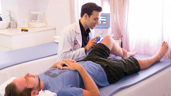 Knee Pain Treatment with Chiropractic Maple Vietnam 1