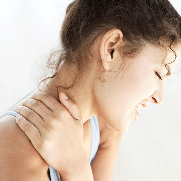 Neck Pain Treatment by Chiropractic Maple Vietnam 1